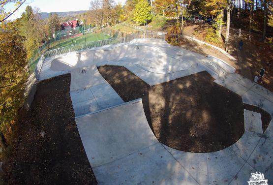 Blick von der Drohne on skatepark in Szklarska Poręba in Poland