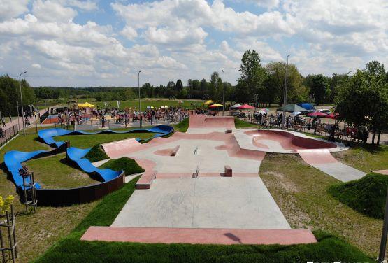 Betonowe przeszkody na skateparku w Sławnie