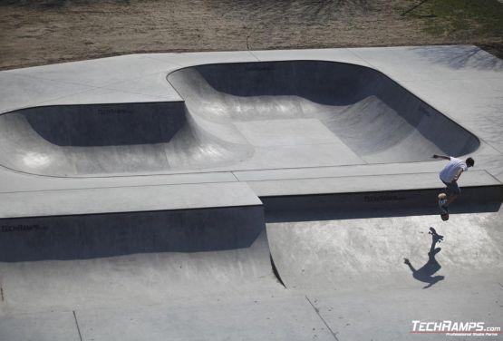 Skatepark in Oświęcim - concrete plaza