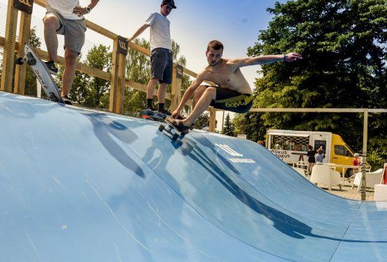 Surfowanie na deskorolce - Waveparks