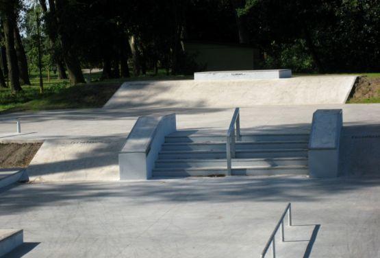 Elementos en el skate park concreto Stepnicy