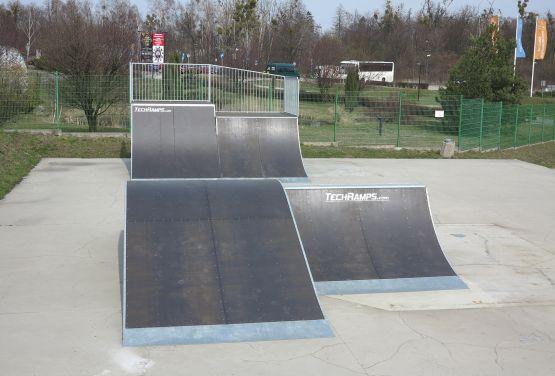 Funbox i quarter pipe w skateparku w Tarnowskich Górach (śląskie)