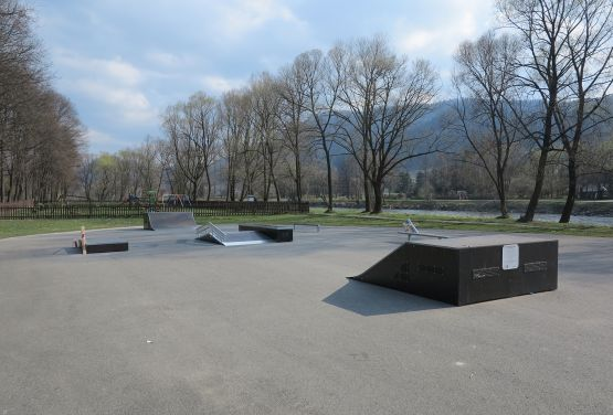 Grindbox, funbox i bank ramp w skateparku w Krościenku