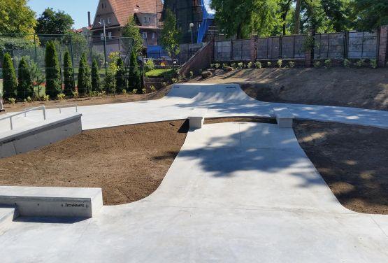 Obstáculos concretos en skatepark