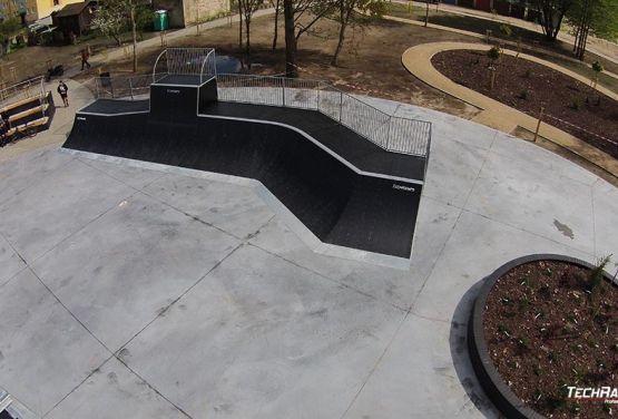 Zdjęcie przeszkód w modułowym skateparku - Pisz