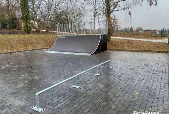 Quarter Pipe y carril en skatepark en Szczebrzeszyn