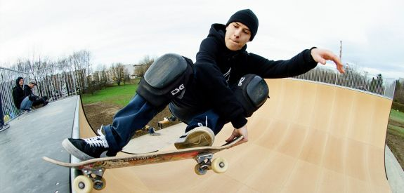Skateboard auf dem Rampe