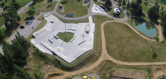 Skatepark de béton à Olkusz (Pologne)