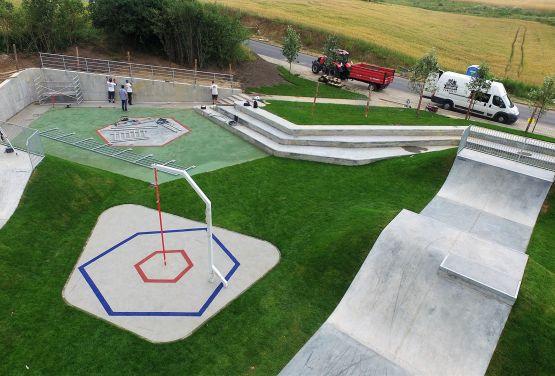 skatepark with grass element en Świecie