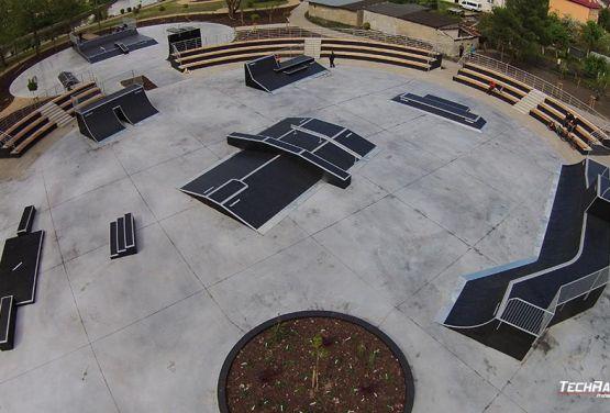 Widok na skatepark modułowy