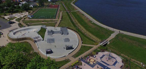 Skatepark stalowy z bowlem betonowych w Wąchocku