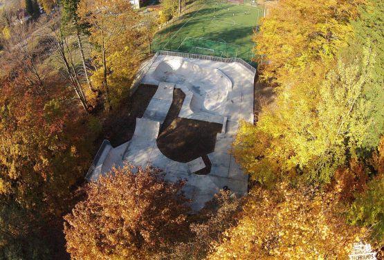Widok z drona na przeszkody w skateparku