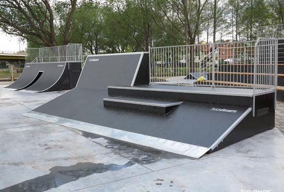 Rampa ze schodami w skateparku