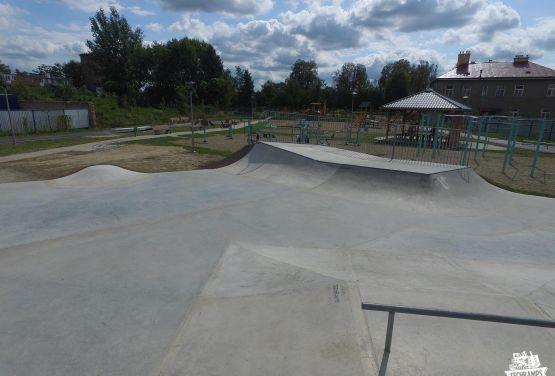 Skatepark avec des obstacles en béton - Pzemyśl