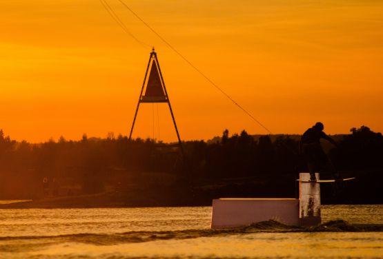 Zachód słońca w wakeparku w Krakowie