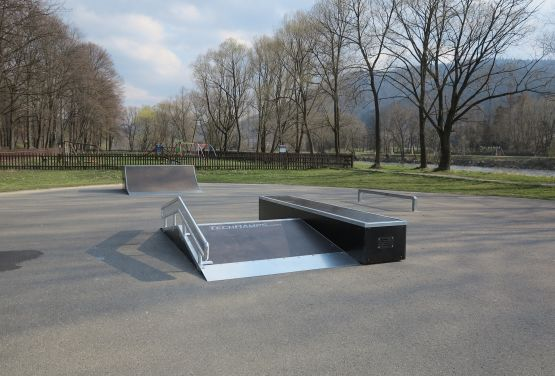 Widok na Funbox w skateparku w Krościenku
