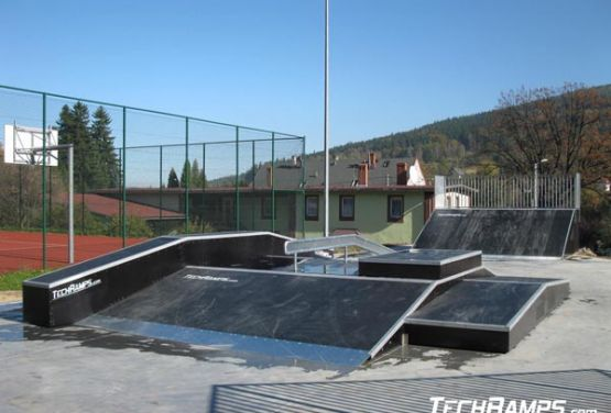 Widok na funbox w skateparku - Świeradów