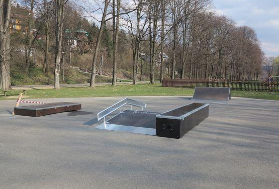Widok na przeszkody w skateparku w Krościenku nad Dunajcem