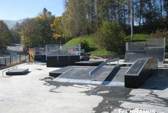 Widok na przeszkody w skateparku w Świeradowie