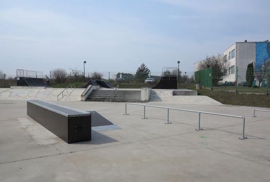 Widok na przeszkody w skateparku w Tarnowskich Górach (śląskie)