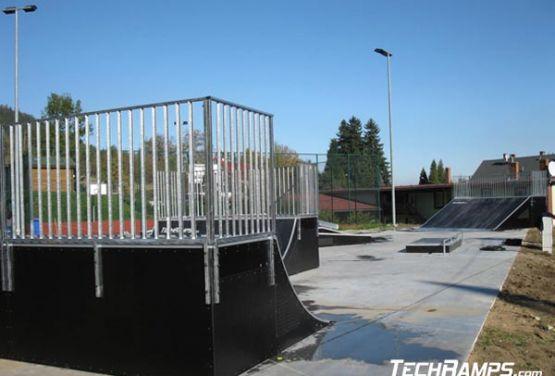 Widok z boku na przeszkody w skateparku (Świeradów)